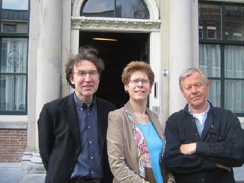 Foto van Theo van de Bles, Irona Groeneveld en Oene Hofman voor het provinciehuis, 19 april 2006