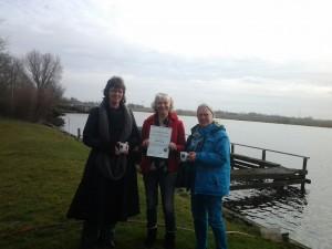 Corrie Dam, Jos Ikking en Angeline Kerver bij uitreiking Griene Tut aan Millenniumnetwerk