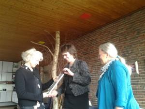 Jos Iking Corrie Dam en Angeline Kerver bij de utireiking van de Groene Kus