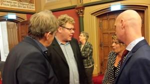 Douwe Hoogland (PvdA), Retze van der Honing (GL), Jannewietske de Vries (PvdA) en Wiebo de Vries (ChristenUnie) in overleg tijdens de schorsing over het Kening fan 'e Greide amendement op 11 november 2015