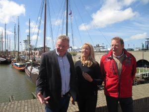 Retze van der Honing (GL Friesland), Liesbeth van Tongeren (GL Tweede Kamer) en Wim Kroon (GL Harlingen) bij een werkbezoek over gas, zout, het Wad en de afvalverbrander in mei 2015