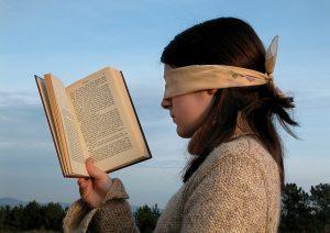 meisje-met-boek-en-blinddoek